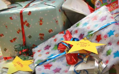 Mitarbeiter erfüllen Weihnachtswünsche von bedürftigen Kindern